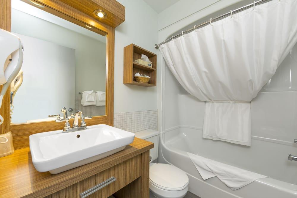 Superior Room, 2 Queen Beds - Bathroom