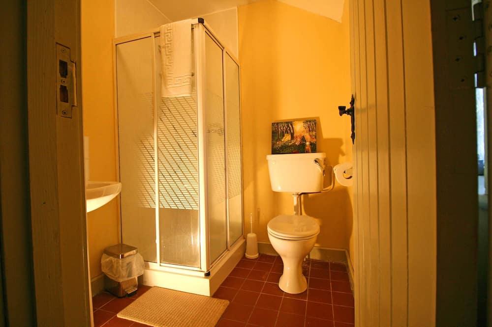 Családi háromágyas szoba, fürdőszobával - Zuhanyozó a fürdőszobában