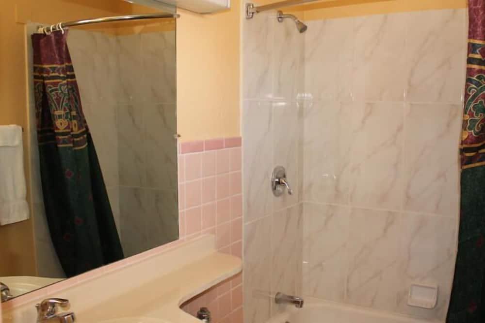 Standard Δωμάτιο, 2 Διπλά Κρεβάτια, Μη Καπνιστών - Μπάνιο