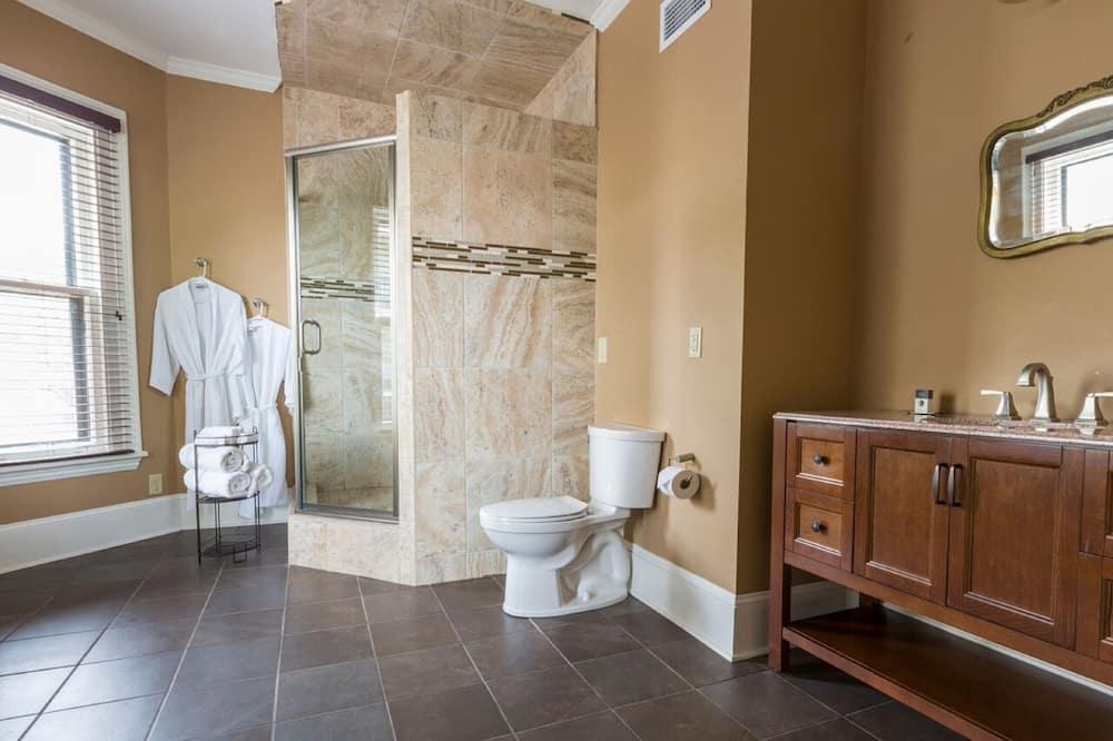 Paaugstināta komforta luksusa numurs, 1 divguļamā karaļa gulta un dīvāngulta, virtuve - Vannasistaba