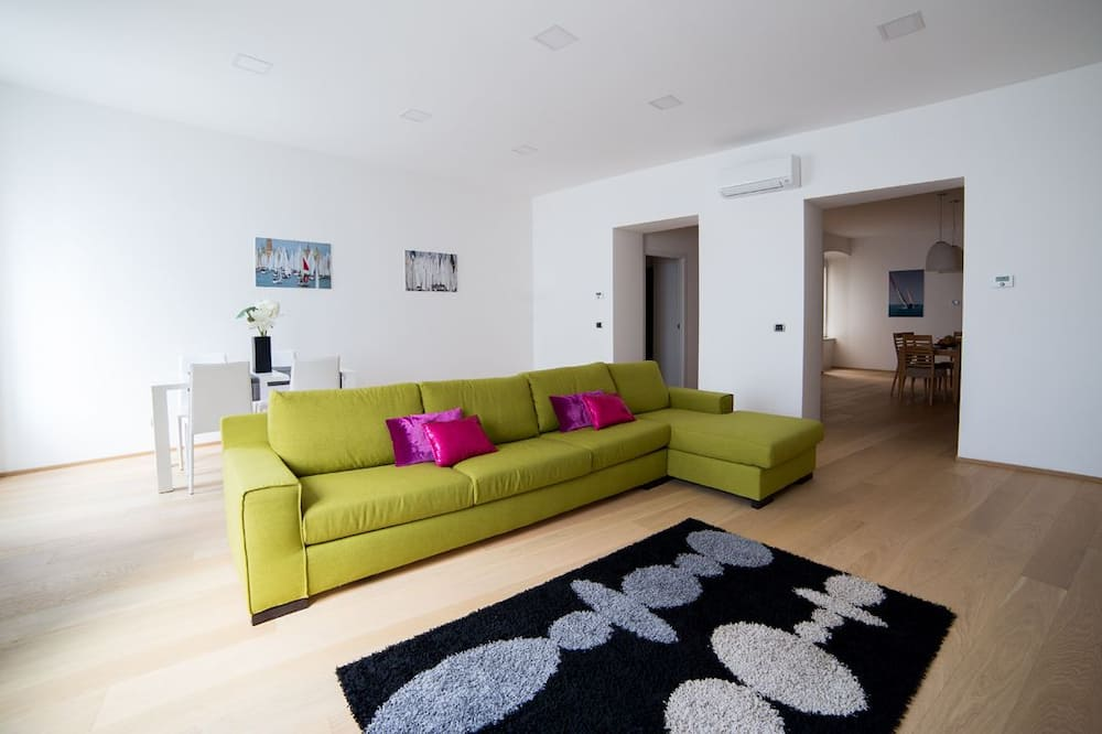Premier Apartment, 2 Bedrooms, Kitchen, Ocean View - Living Area