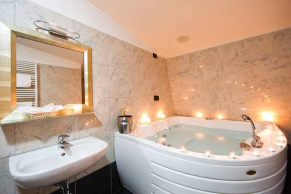 Standard Room - Jetted Tub