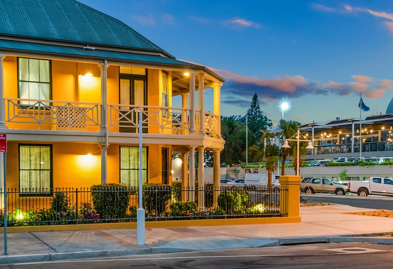 Ballina Heritage Inn, Ballina, Hotellin julkisivu illalla/yöllä