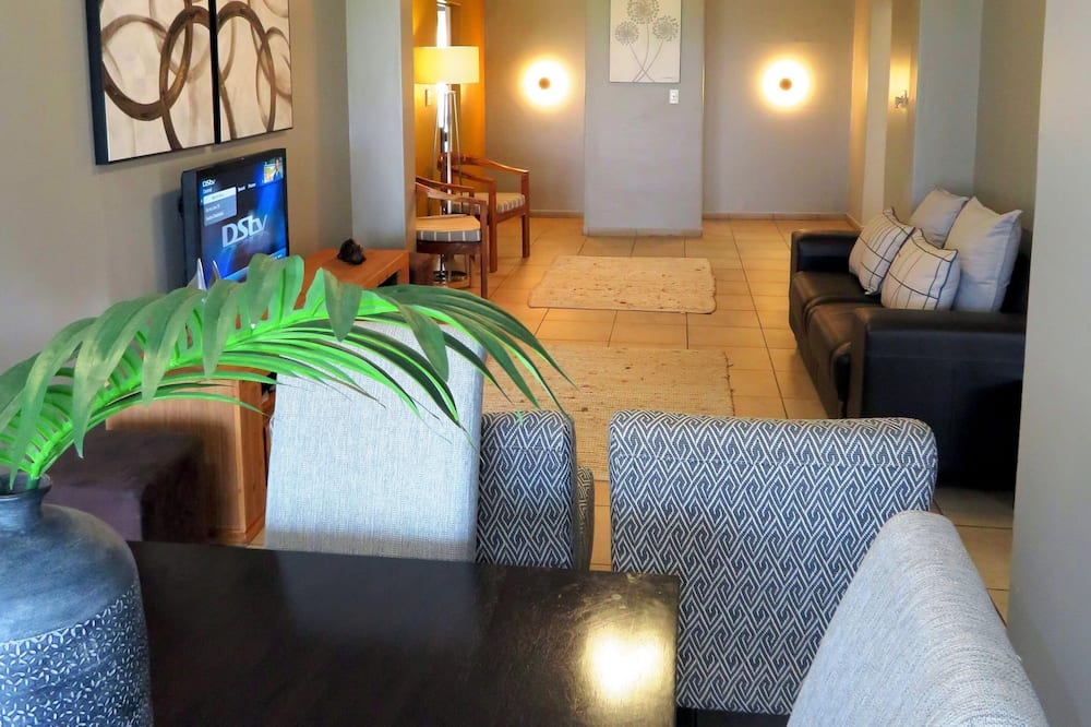 Family Apartment, 3 Bedrooms, Partial Ocean View, Sea Facing - Living Room