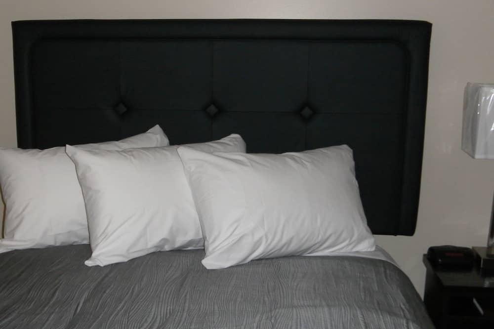 Double Room, 2 Queen Beds - Living Area