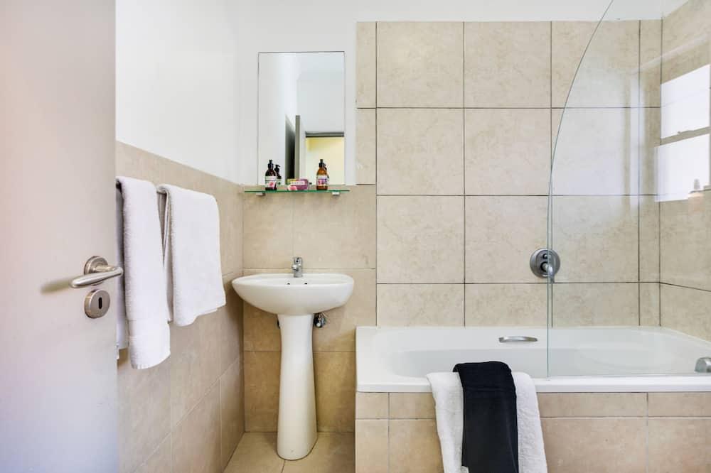Studio with Balcony - Bathroom