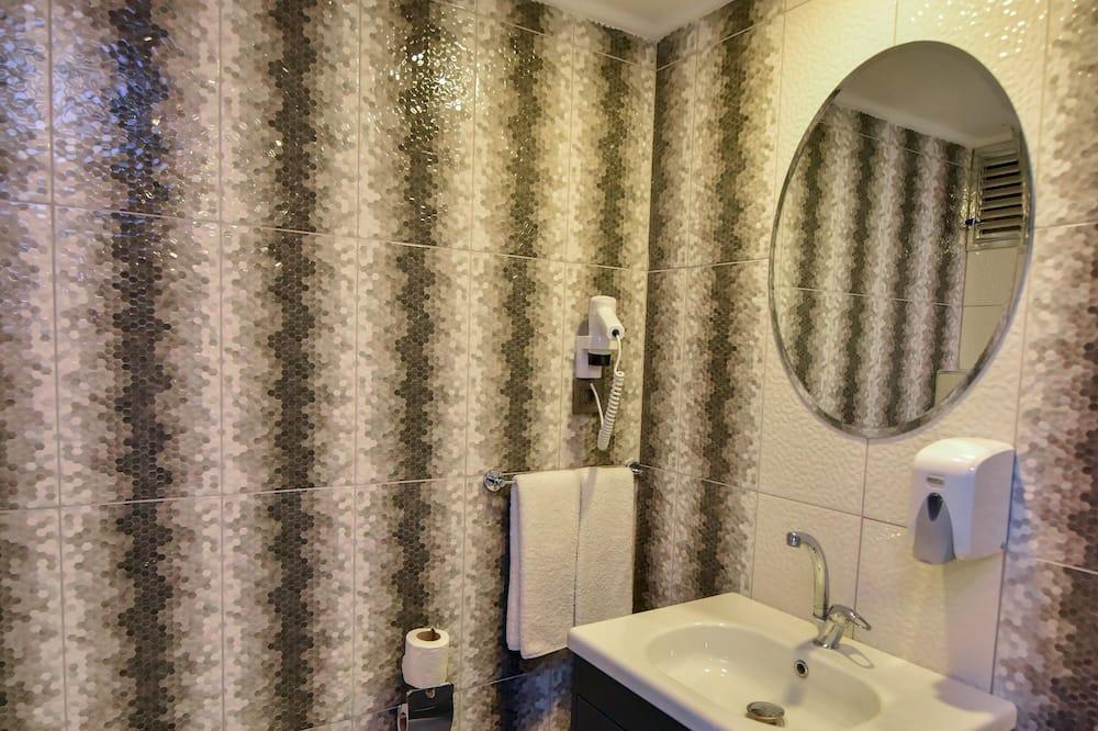 Familienzimmer, Blick auf den Innenhof - Badezimmer