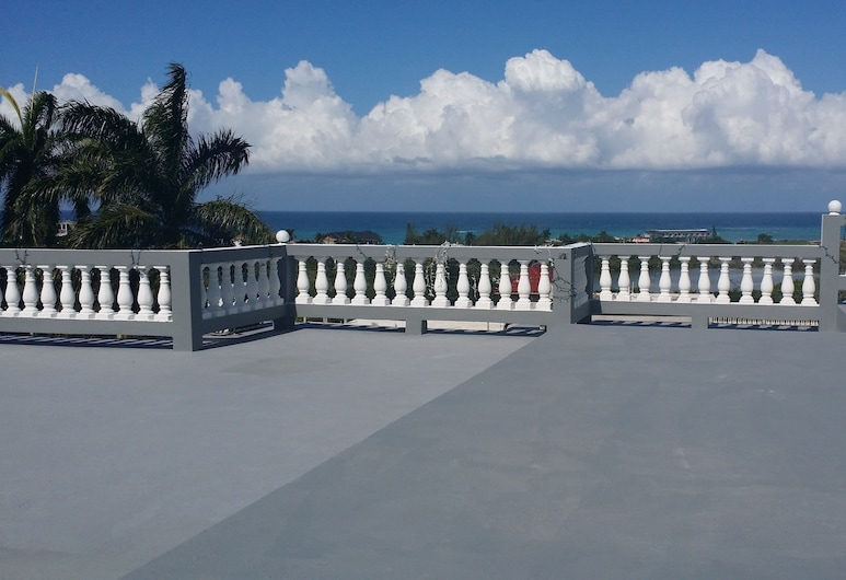 Palm View Guesthouse and Conference Centre, Montego Bay, Solterrasse