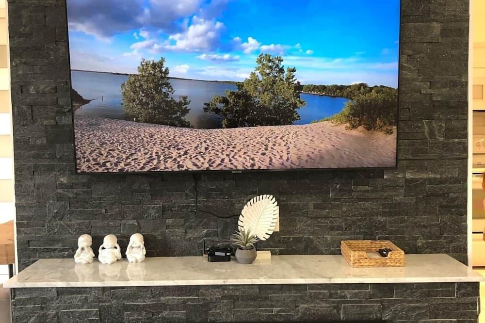 Modern cottage -- Sleek & cozy -- BBQ & pool table