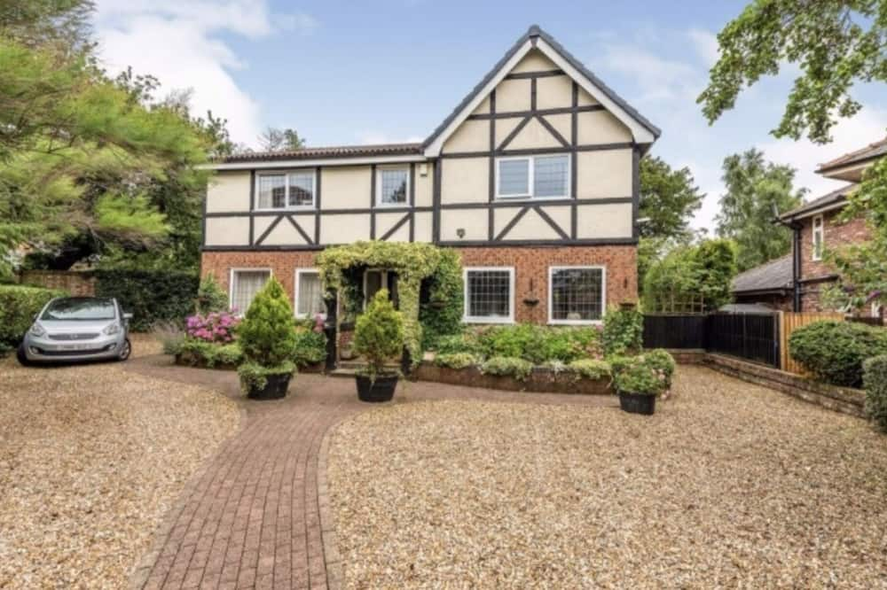 Immaculate 4-bed House in Liverpool