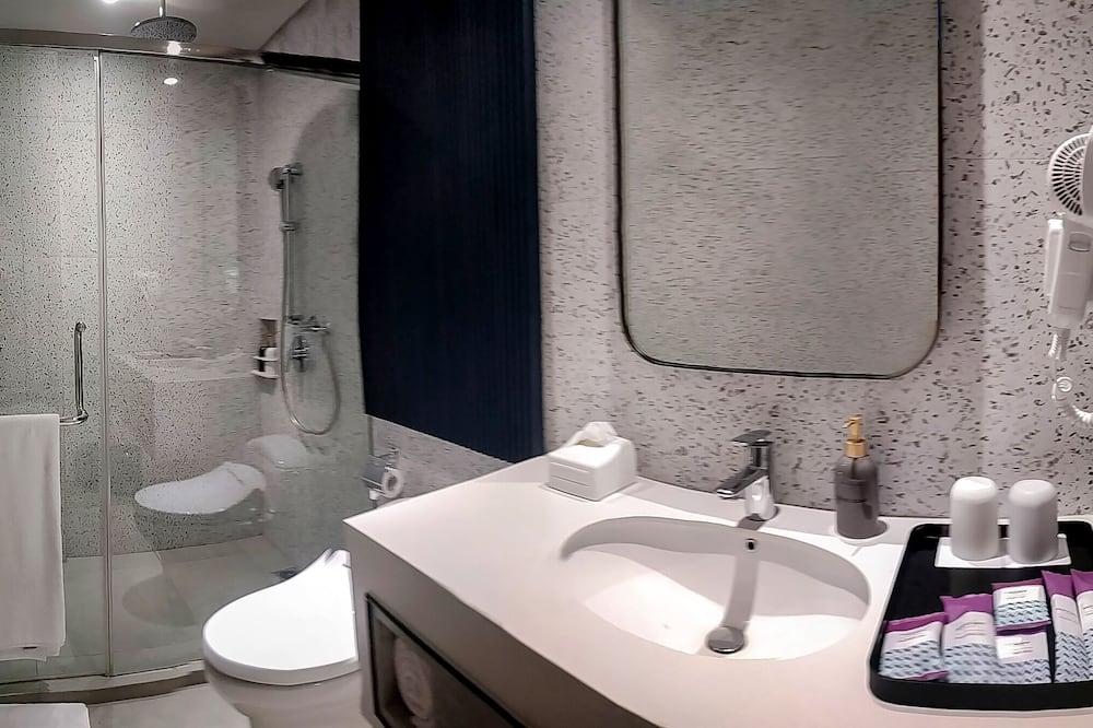 Superior Room, 1 Queen Bed, City View - Bathroom