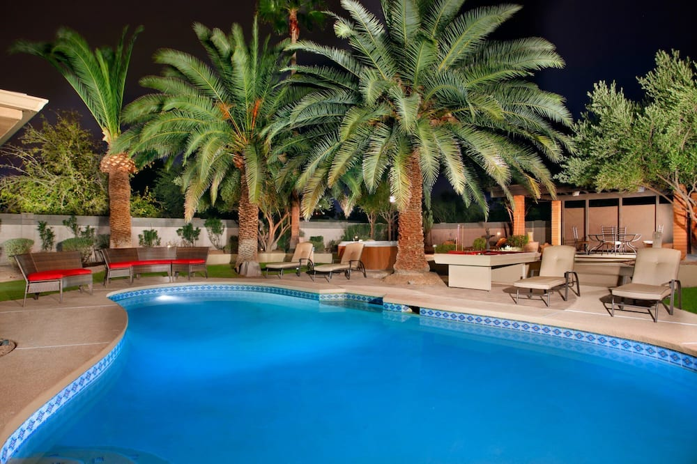 AZ Oasis! Heated Pool & Spa - Sport Court & Putting Greens Pool Table & Games!, Scottsdale