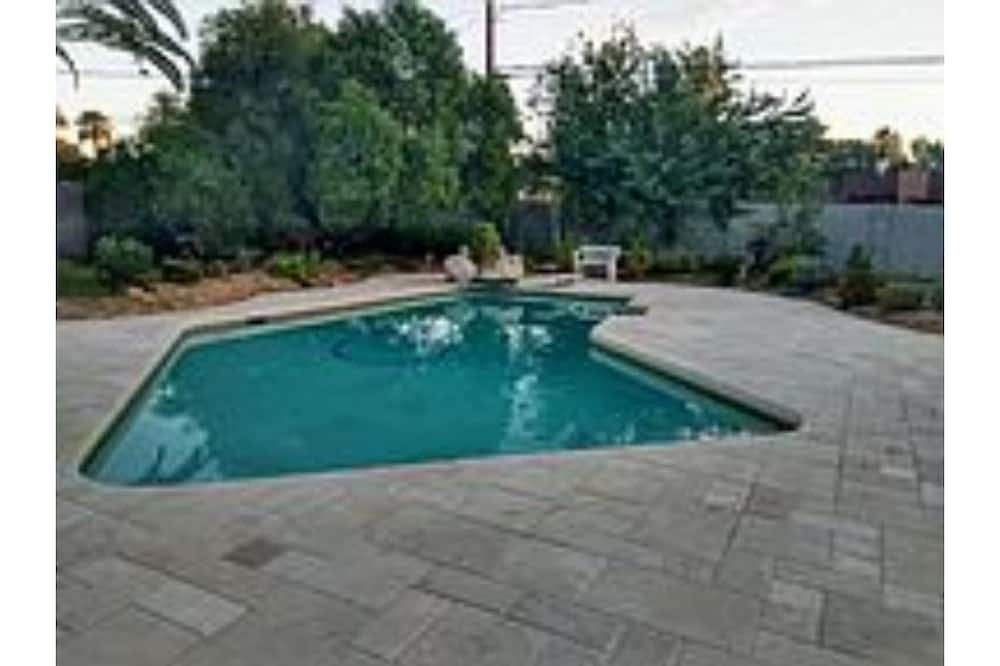 Beautiful Historic Ranch style With diving pool, Fireplace, 5 Star dinning