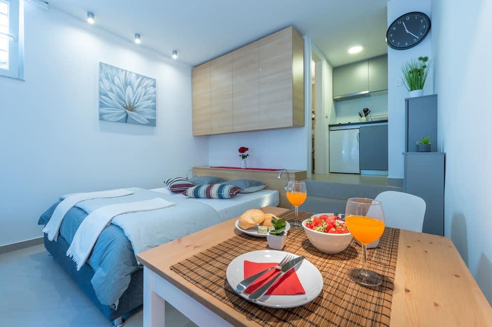 Studiolejlighed (Studio Apartment) - Spisning på værelset