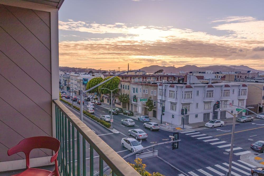 Загальне спальне приміщення, тільки для жінок, з балконом, з видом на місто - Вид з балкона