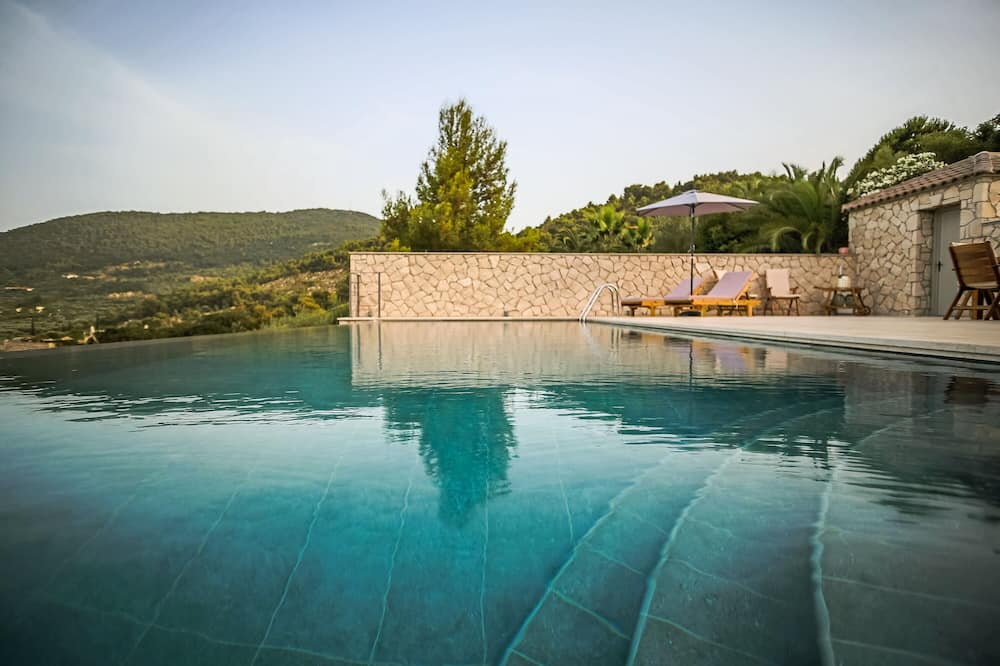 Villa, több ágy - Medence