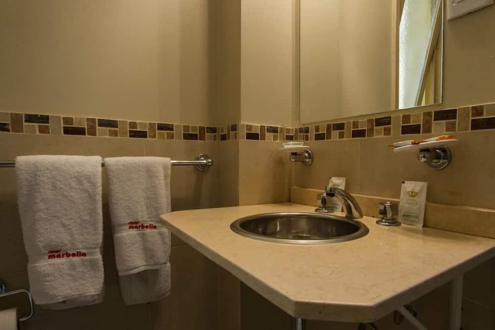 Standard-Dreibettzimmer (B) - Badezimmer
