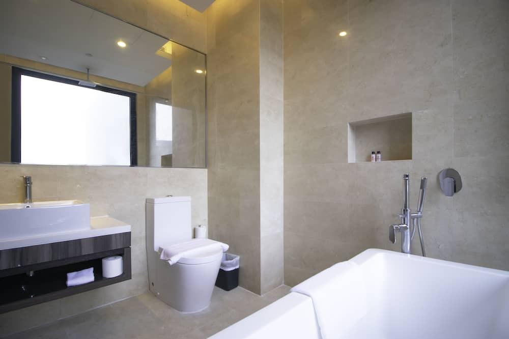 Premier King with Bathtub - Bathroom