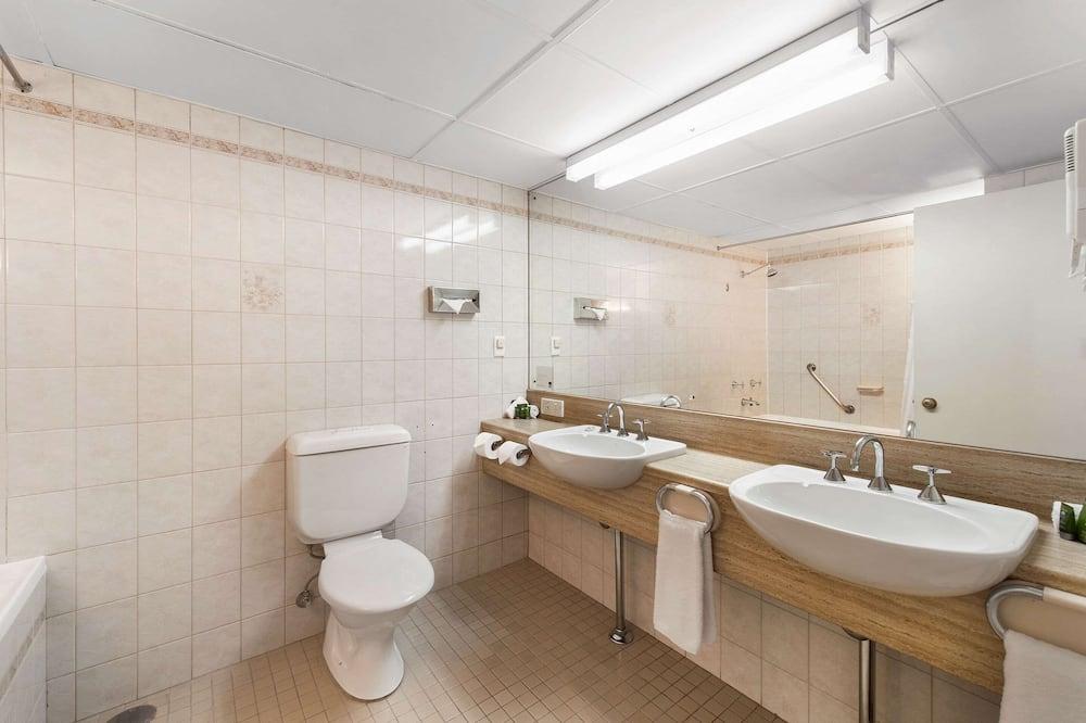 Room, 1 King Bed, Non Smoking (Efficiency) - Bathroom