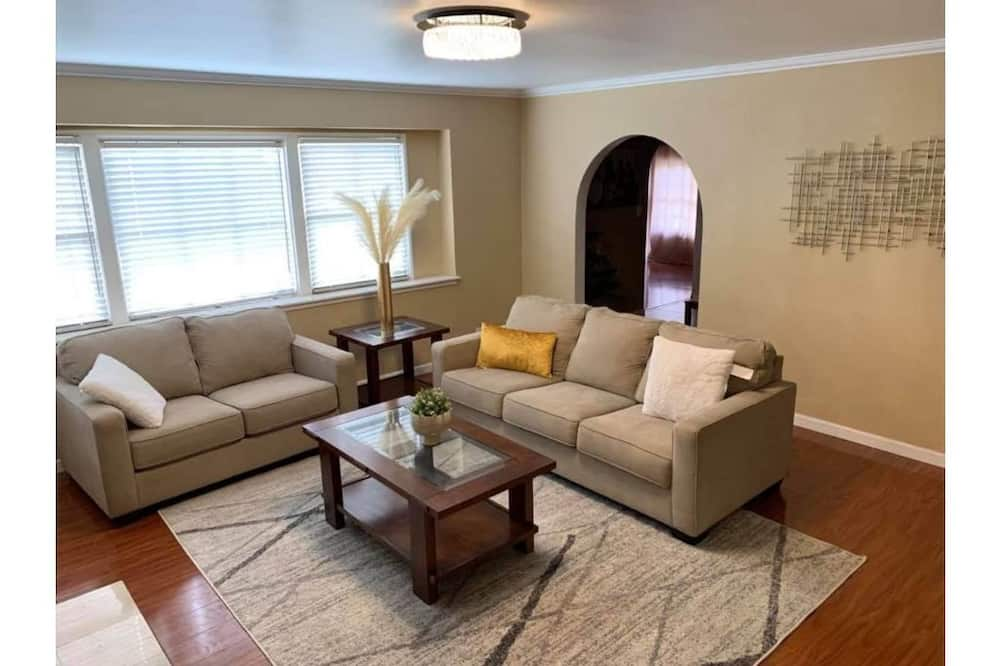 Vacation Home Close to Disneyland and More!