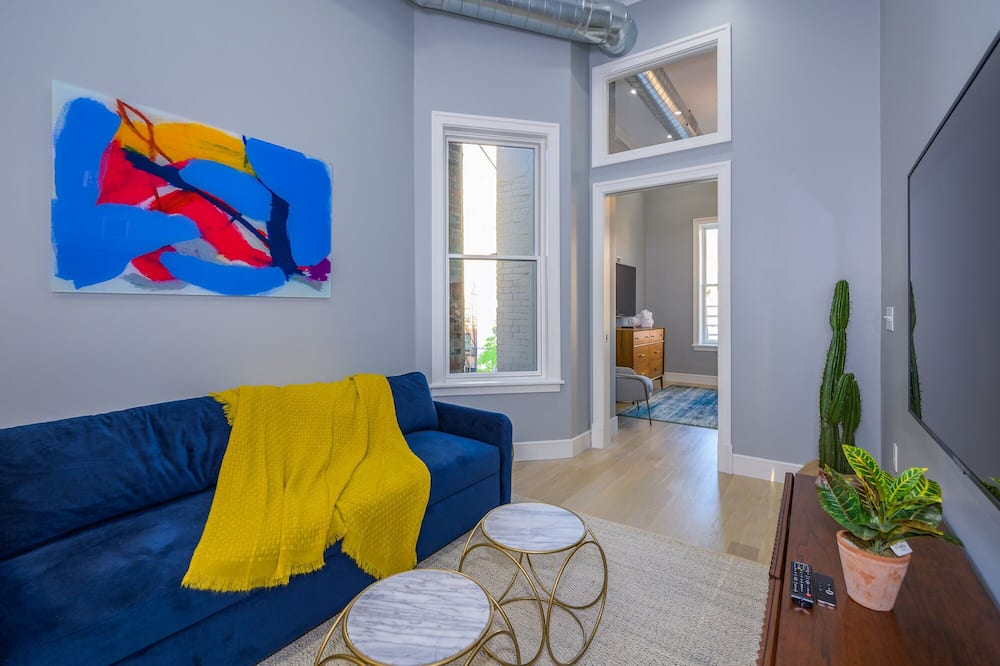 Sun-drenched 2 BR w Roof Deck Minutes to NYC