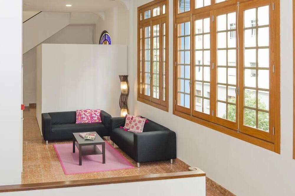 Economy Shared Mixed Dormitory, Shared Bathroom ( 12 pax) - พื้นที่นั่งเล่น
