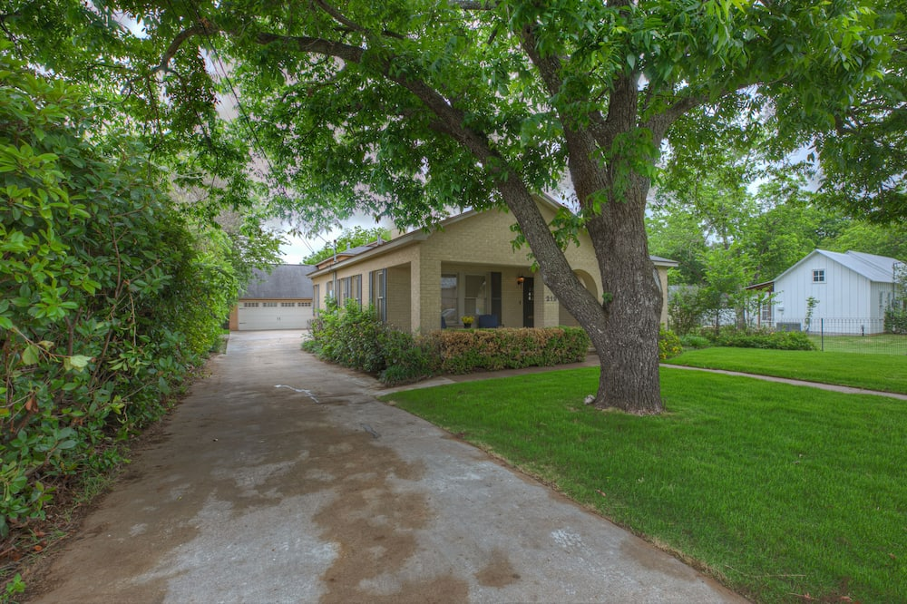 House (Luxury Haus Near Main St with Pool an) - Property Grounds