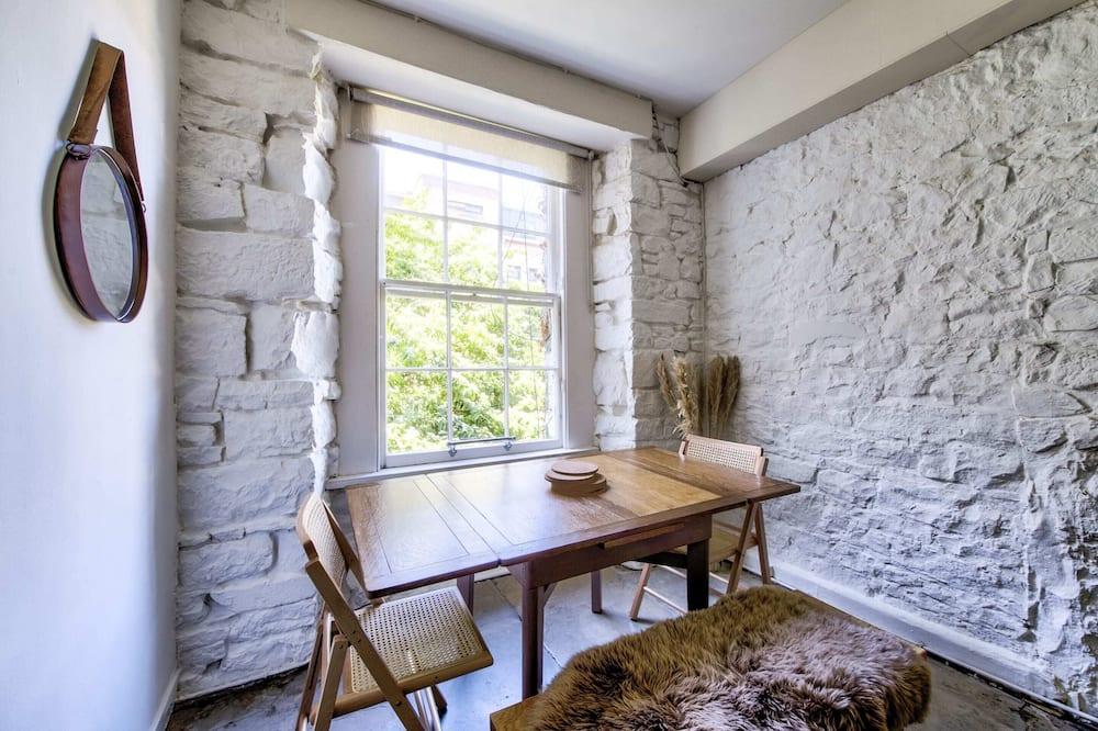 Basic-Apartment, Mehrere Betten - Wohnzimmer