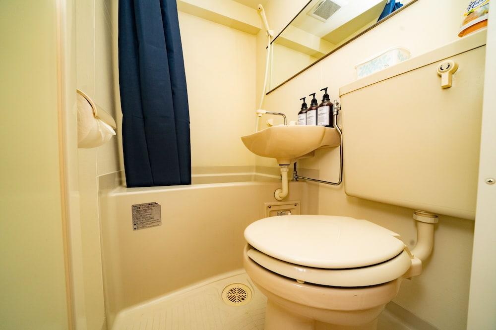 Family Quadruple Room, Non Smoking - Bathroom