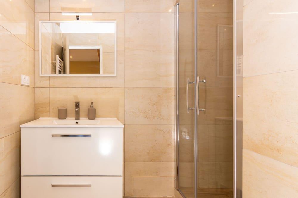 Huoneisto, Makuuhuoneen yhteydessä oleva kylpyhuone, Osittainen merinäköala - Kylpyhuone