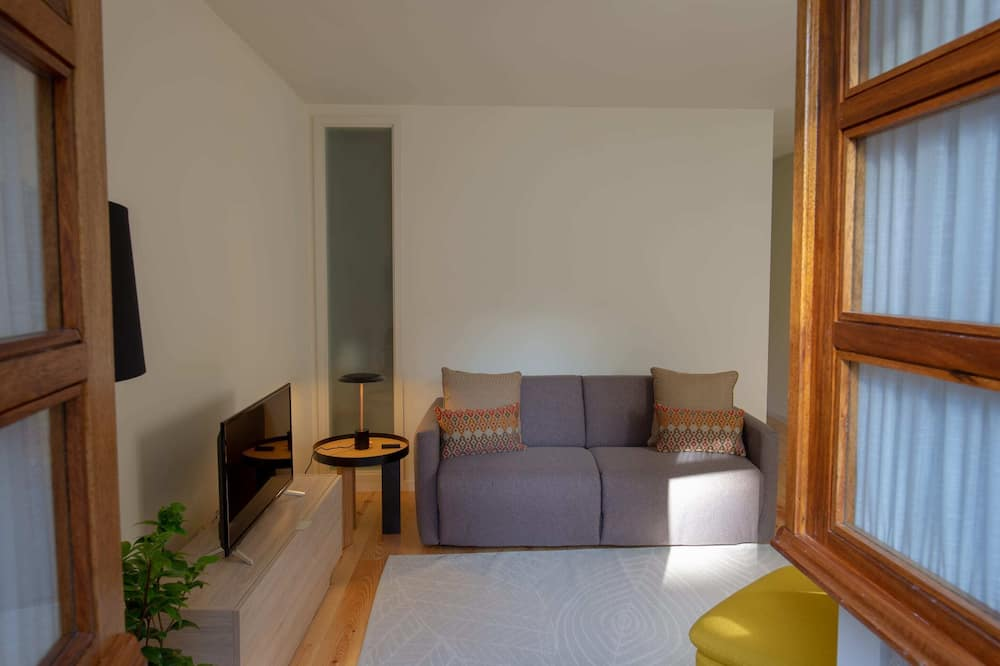 Basic House, Multiple Beds - Living Room