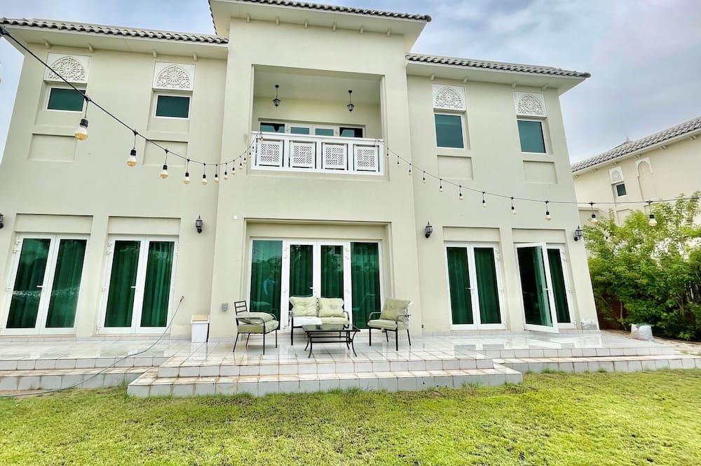 Luxurious 4b Villa With Garden Al Furjan