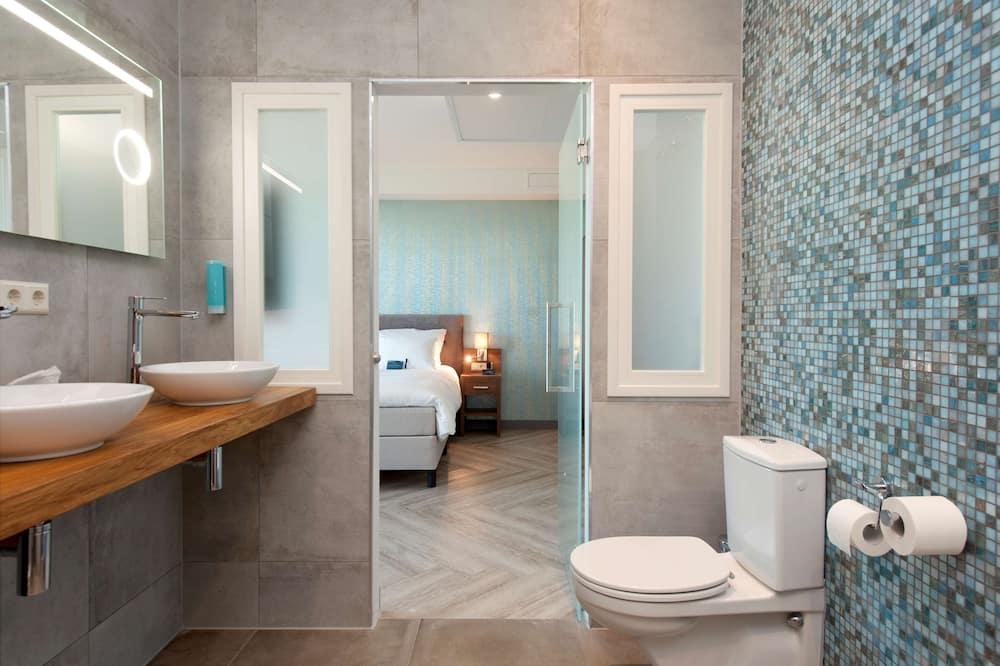 Superior Room, 1 King Bed, Non Smoking, Kitchenette - Bathroom
