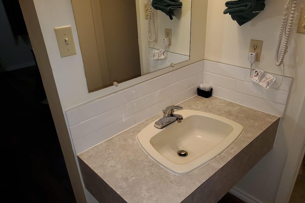 Habitación doble estándar, 2 camas dobles - Lavabo en el baño