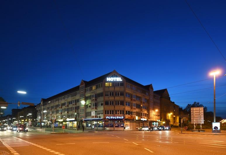Hotel am Karlstor, Karlsruhe, Fachada del hotel de noche