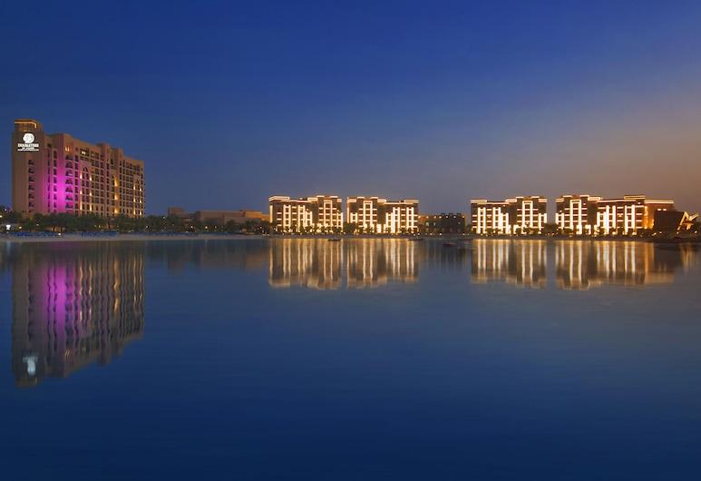 DoubleTree by Hilton Resort & Spa Marjan Island, Ras Al Khaimah, Hotelfassade am Abend/bei Nacht