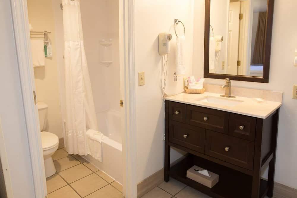 Štandardná izba, 2 veľké dvojlôžka - Kúpeľňa