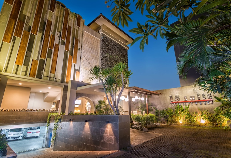 18 Suite Villa Loft by AMITHYA, Kuta, Hotel Front