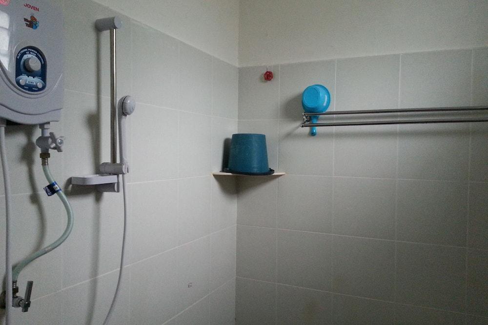 Standardzimmer - Dusche im Bad