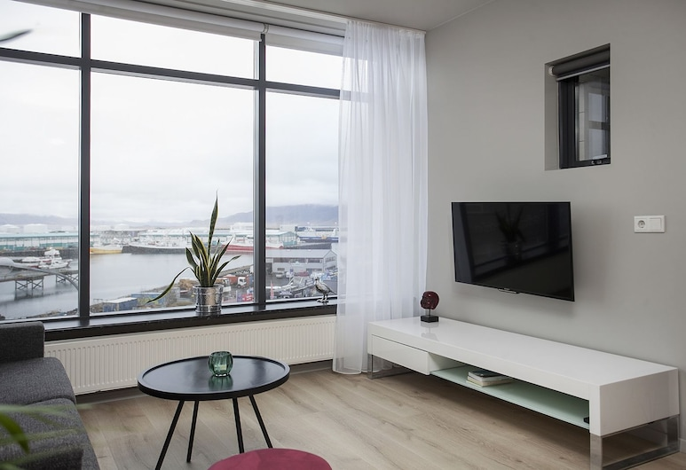 Planet Apartments, Reykjavík, Premium Sea view Apartment with balcony - free parking, Stofa
