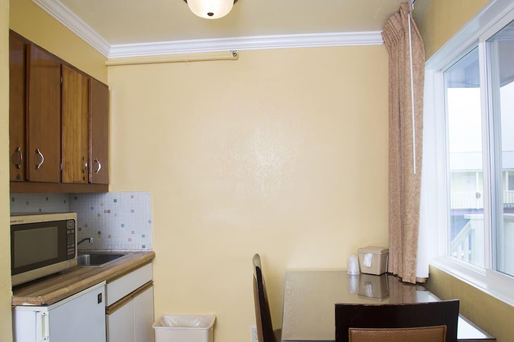 Family Suite, 2 Queen Beds - In-Room Dining