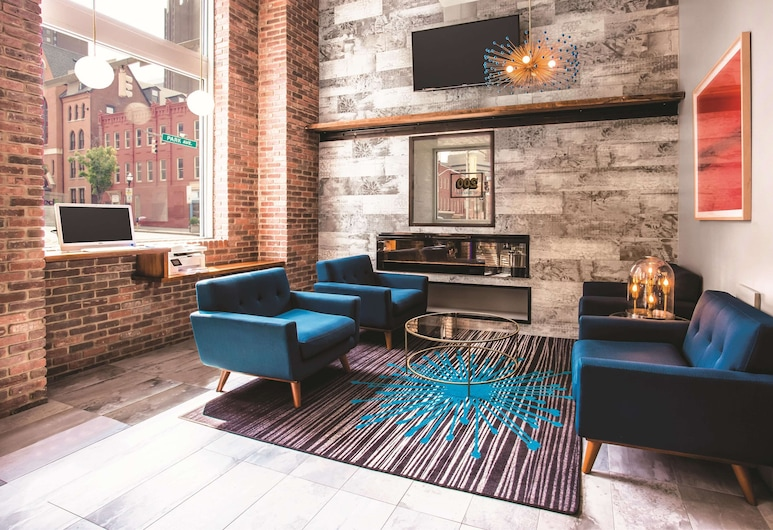 La Quinta Inn & Suites by Wyndham Baltimore Downtown, בולטימור, לובי