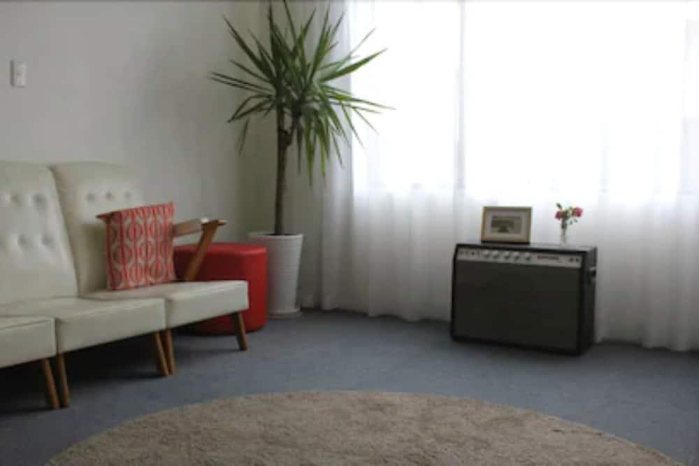 Deluxe Queen Room with Courtyard  - Living Area