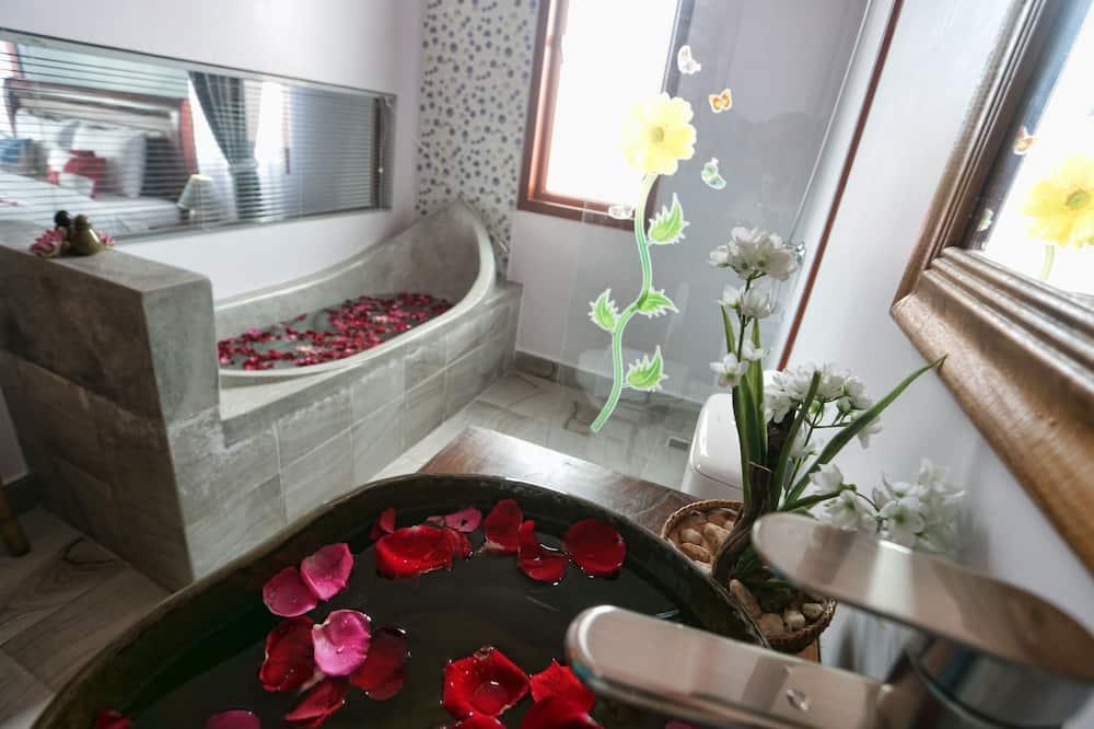 Deluxe Family Room, 2 Bedrooms - Bathroom