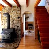 Traditional Chalet, 3 Bedrooms, 2 Bathrooms, Mountain View - Living Area