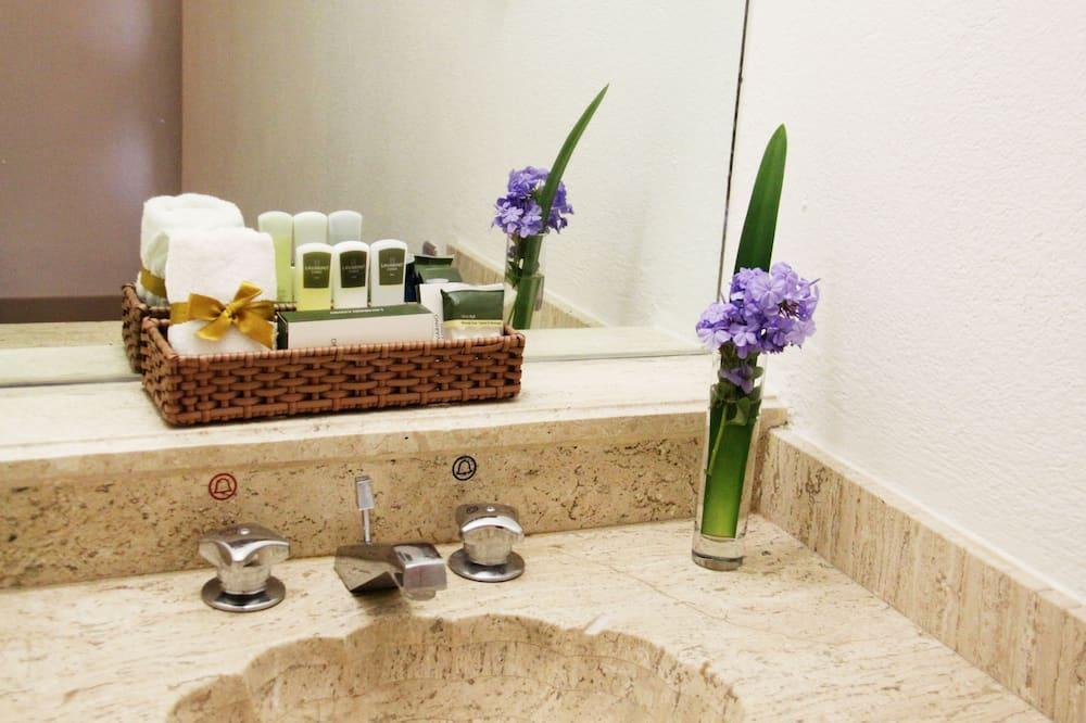 Habitación, 1 cama de matrimonio grande (Preferencial) - Comodidades del cuarto de baño