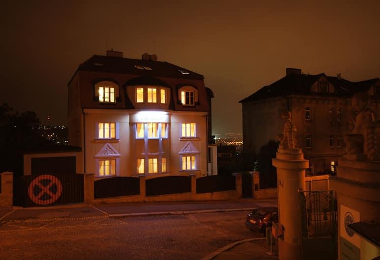 Hotel Garni Rambousek, Praga, Fasada hotelu — wieczorem/nocą
