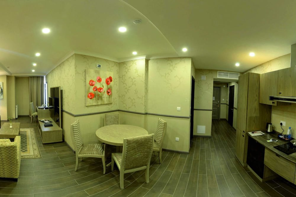 Junior Suite, 1 King Bed, Non Smoking - Living Room