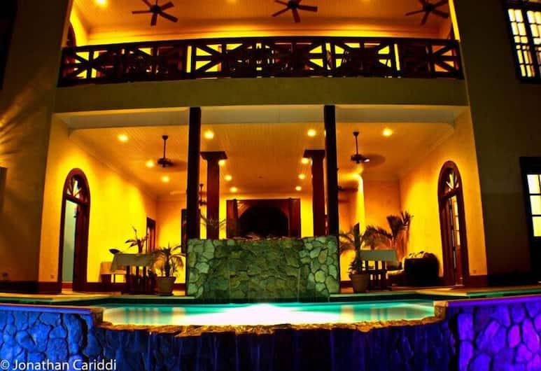 Mahogany Hall Boutique Resort, San Ignacio, Hotellets front – kveld/natt
