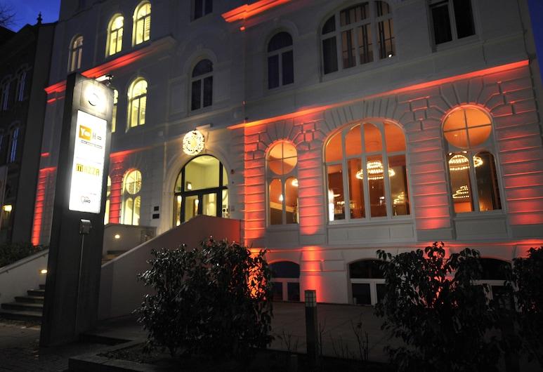 YoHo - the young hotel, Hampuri, Hotellin julkisivu illalla/yöllä